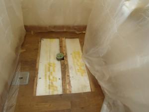 大便器撤去をしたのち、床フローリングの尿が染みているところを撤去して張り替え。