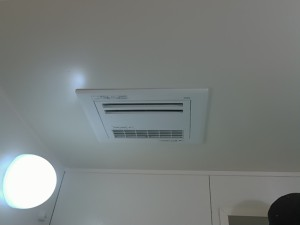 天井からはみ出ること無く取り付け出来ました。