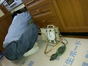 ガス漏れがないか機器を接続して準備します