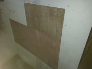 棚付き紙巻器およびハンドグリップ用の下地入れ