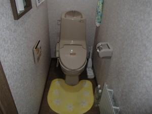 手洗いタンク付の大便器。リモコンはすでに故障しているとのこと