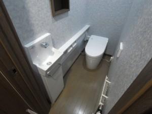 2階トイレも同様にタンクレストイレですっきりしたうえに、手洗い器付きカウンターを設置