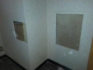 1階トイレは手洗器を変更するので下地を補強しています