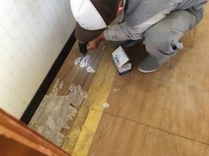 床の補修作業の際に、気になっていた床鳴りも直します