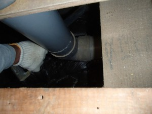排水の位置を変更しますので床下で排水管を切断