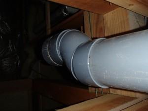 床下でこのように排水位置を20mmに変更します
