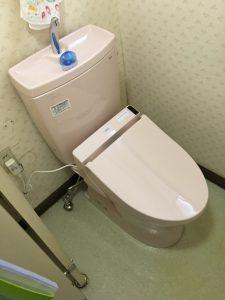 既存と同じピンク色に ウォシュレットはリモコン式で除菌水のノズル洗浄がついているS1AJにて