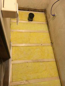 床下は床用グラスウールで断熱します。