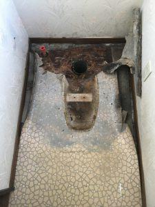 便器を撤去するとさらに床の腐食の状況がはっきりしました。床板は沈み込むほどに腐っていました。
