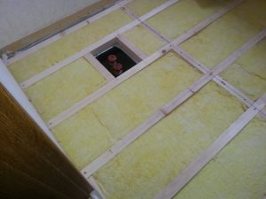床下に断熱材を入れます。 撥水作用のついている床専用グラスウール45mmを使います。