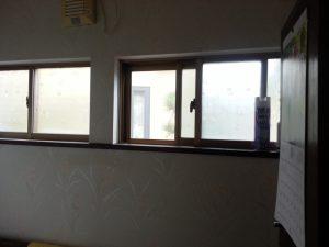 単板の窓は寒さを感じました。