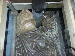 床下にビニルシートを敷いて、袋に入っている床下の調湿材を撒きます。
