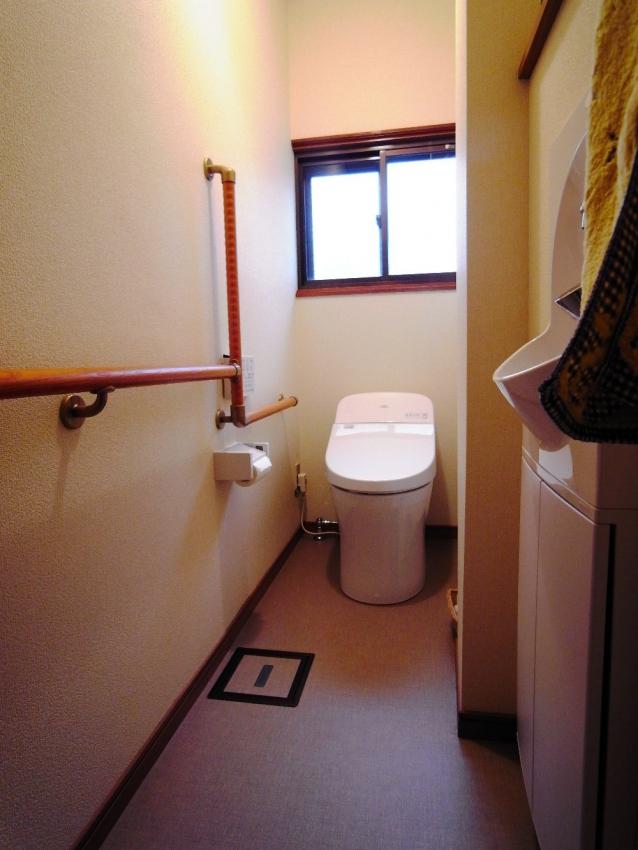 左側には入口から手すりを連続させていますので、壁伝いにトイレに行けます。